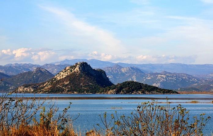 Скадарское озеро около деревушки Вирпазар по дороге в Подгорицу