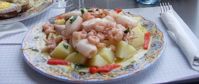 Блюдо с креветками и кальмарами