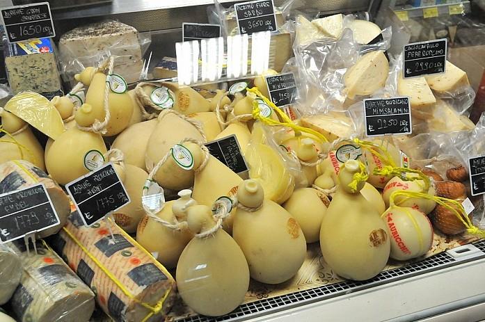 Цены в небольшом магазинчике, делите все на 140 и получите цену в евро