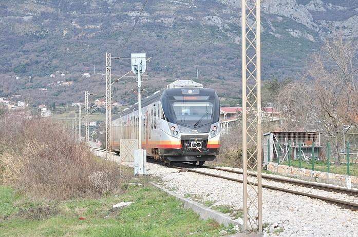 Отличные современные электрички связывают Бар с Подгорицей, также можно уехать на поезде в Белград и дальше в том направлении. По побережью, к сожалению, электрички не ходят