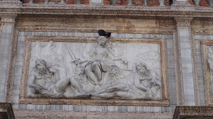 Голубь на барельефе Кампанилы. Голуби считаются напастью Венеции.