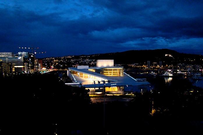вид на театр ночью