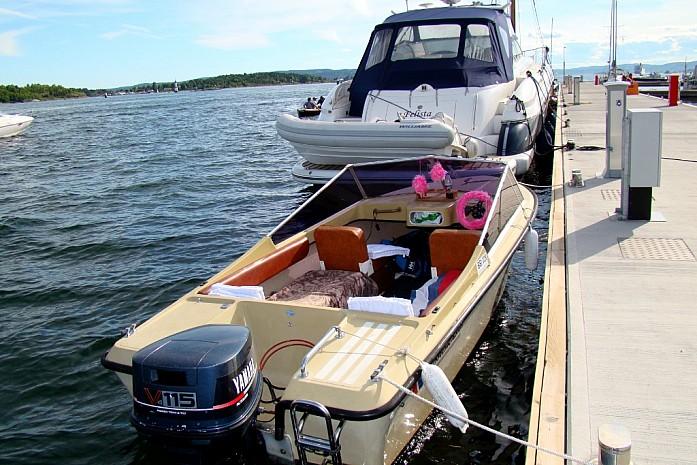 одна из яхт