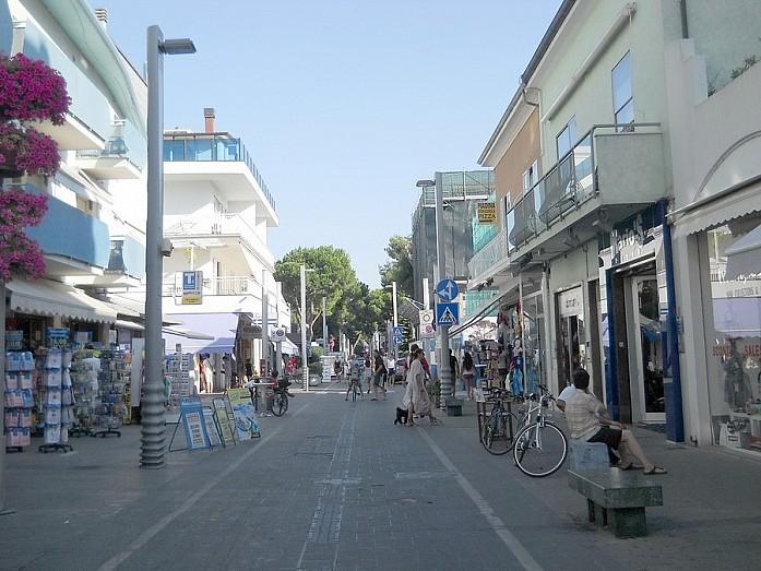 А есть и просто пешеходные улочки - на них, как правило, превалируют рестораны и крупные брендовые магазины