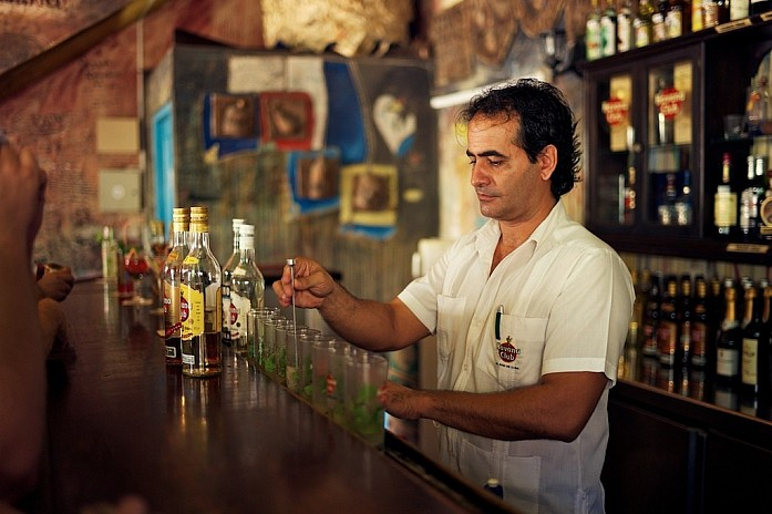 Бармен в баре