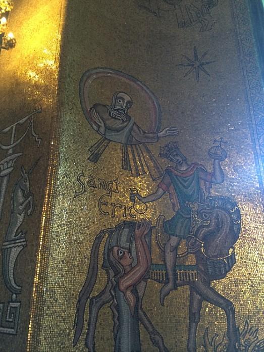 Судя по царапинам, в каждой экскурсионной группе, кто-то обязательно считает своим долгом попробовать сковырять парочку золотых кусочков мозайки :)