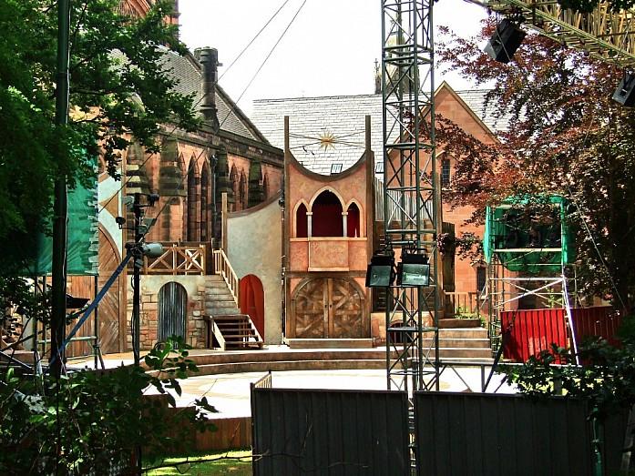 Маленький уличный театр