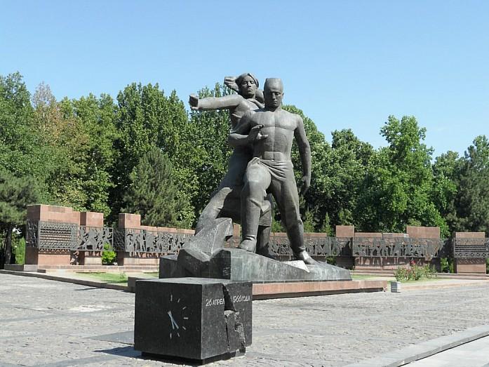 Памятник землетрясению в 1966 г. На камне изображен циферблат, напоминающий о повсеместной остановке часов во время землетрясения.