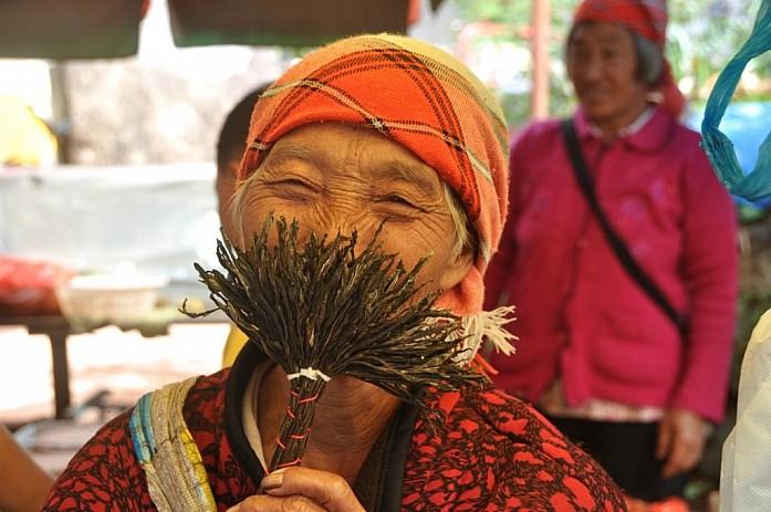 Жизнерадостная китайская бабушка.