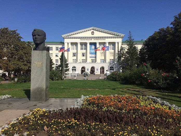 Памятник Ю. Гагарину на фоне Донского политеха