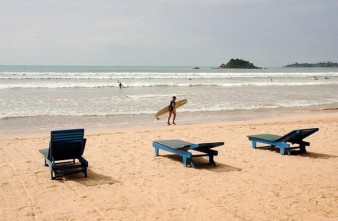 Пустынные пляжи со свободными лежаками