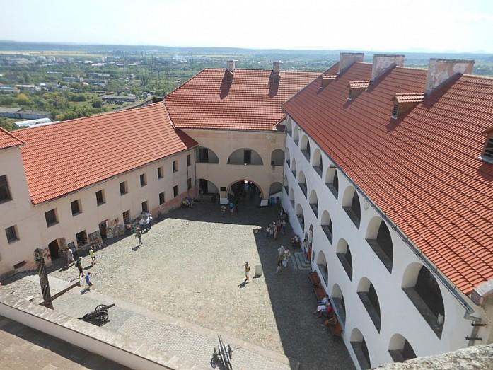 Двор среднего замка.