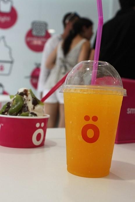 мороженое и напиток с лопающимися шариками, сиропом и соком апельсина