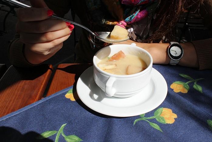 Местное блюдо - чесночный суп.