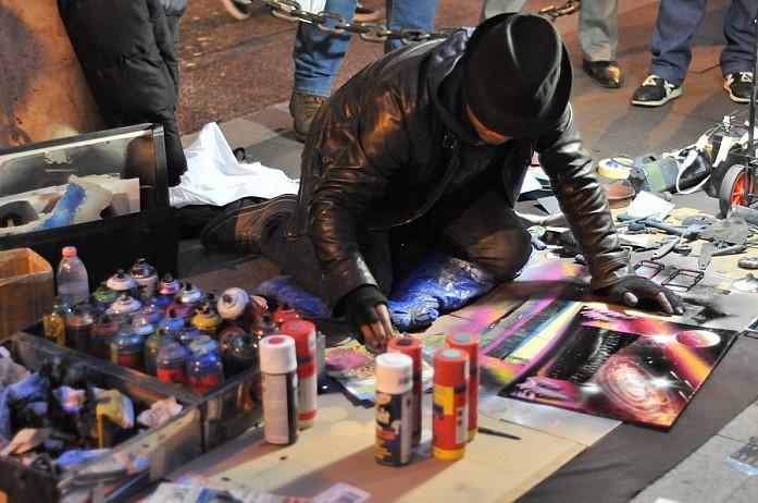 Уличные художники через трафареты краской рисуют довольно красивые рисунки Колизея и других достопримечательностей, цена - 5 евро