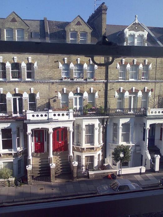 Вид из окна хостела. Около метро Kensington