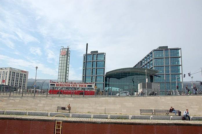 Центральный вокзал Хаубанхофф. По городу курсируют туристические автобусы Сити Тур, на которых можно кататься целый день от одного места к другому