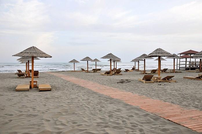 Очень чистый и аккуратный пляж, где можно без опаски ходить босиком
