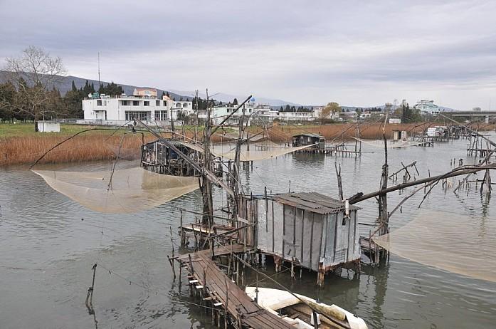 Помимо моря, здесь немало рек, на которых процветает рыбная ловля. Эти рыбацкие домики стоят недалеко за Ульцинем, в сторону велики плажи - самого большого песчаного пляжа Черногории