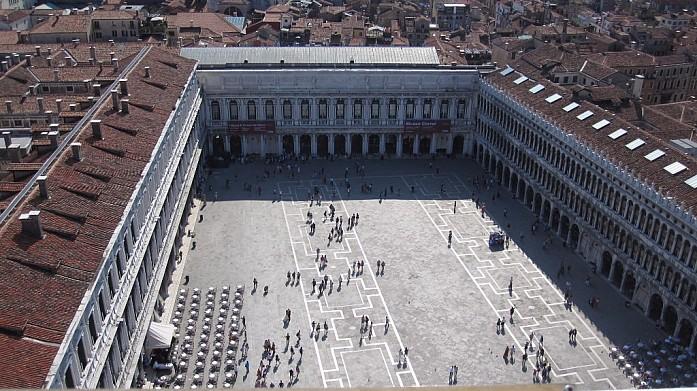 Площадь Сан Марко. Вид с Кампанилы собора Сан Марко. С левой стороны стоят столики легендарного кафе Флориан, которое считается самым старым в Италии