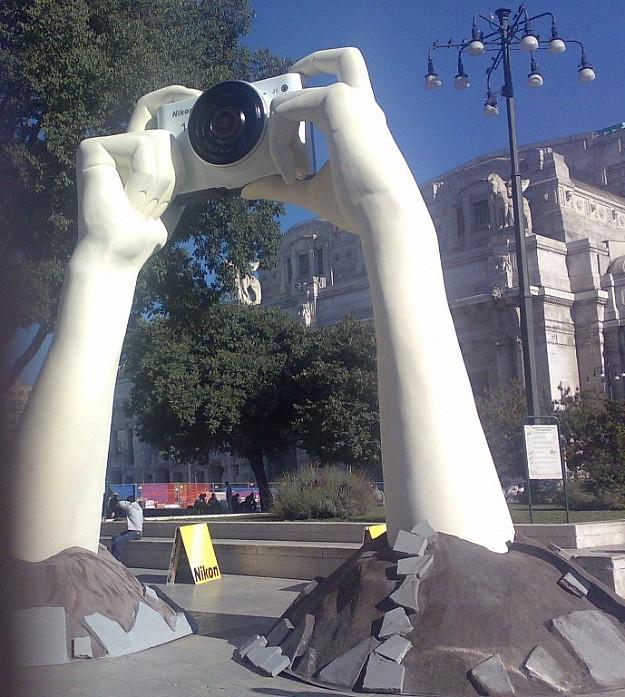 Nikon инсталляция на привокзальной площади