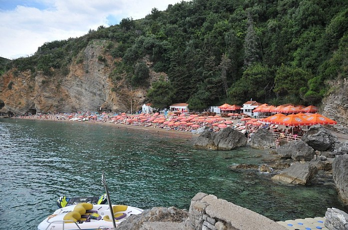 скалы очень впечатляют, к тому же они отделяют пляж от остального мира узкой тропинкой, что создает немного уюта