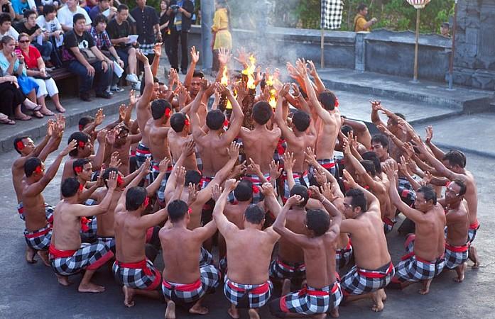 Танец Кечак (фото из интернета), т.к. мы смотрели ночью и сфотографировать не удалось
