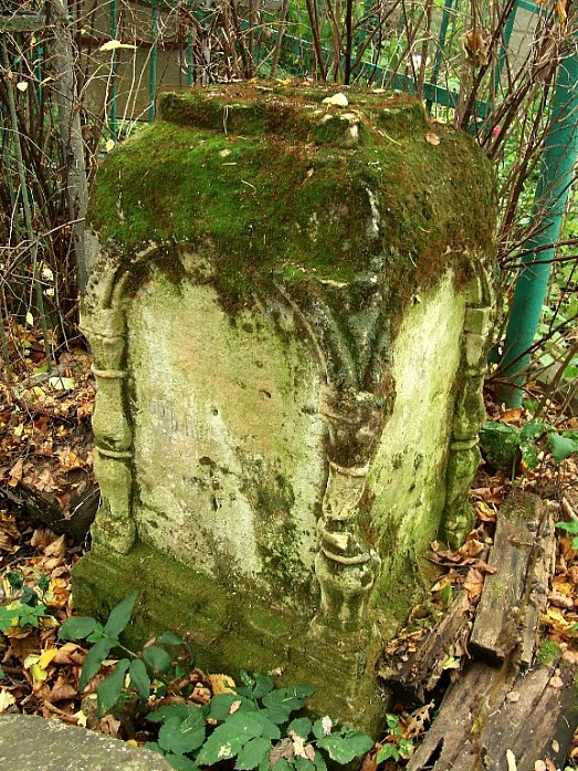 Очень старый могильный камень