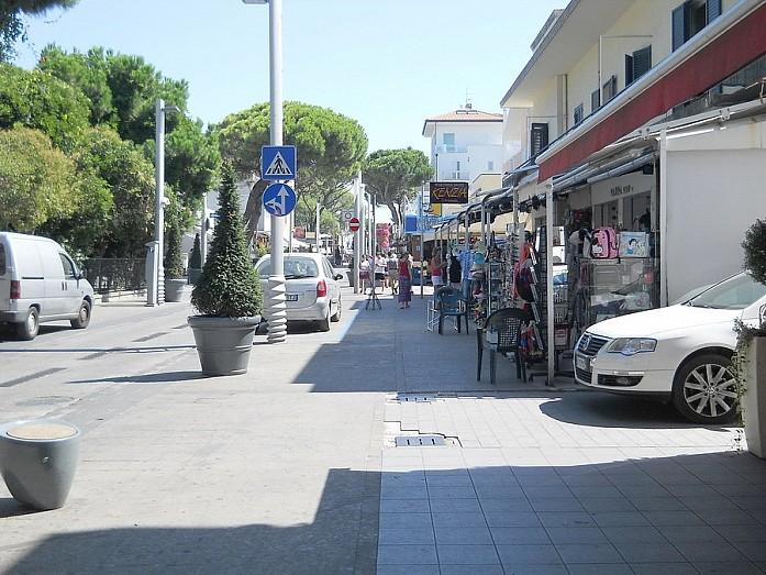 По краям улицы обычно сосредоточены магазины одежды и разных туристических безделушек