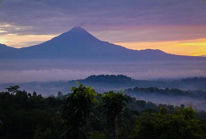 вулкан Мерапи на рассвете