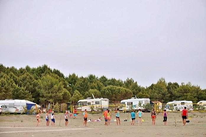 Туристы возле трейлерного парка играют в волейбол