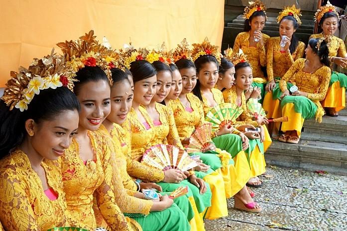 Девушки готовятся исполнять традиционные танцы