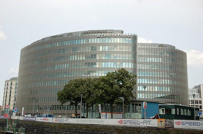 Центр прилично разбавлен новыми высотками из стекла и бетона
