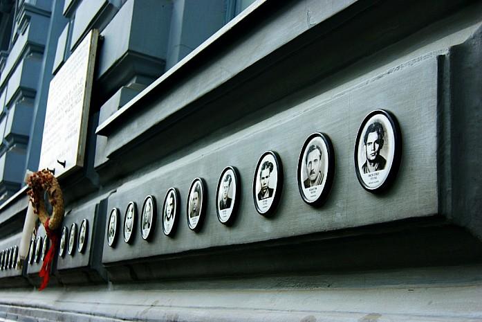 Памятная доска погибшим евреям при входе в музей.