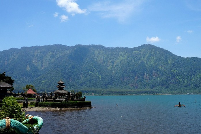 А это знаменитый храм Пура Улун Дану Братан