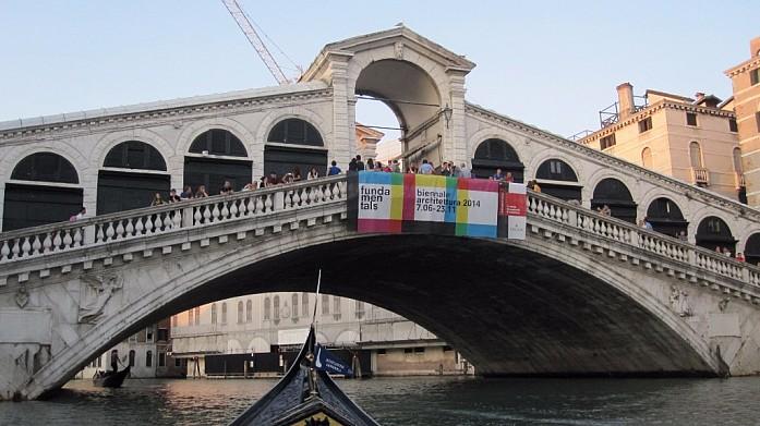 Вид на мост Риальто с гондолы. На мосту висит реклама архитектурного биеннале, которое тогда проходило в городе