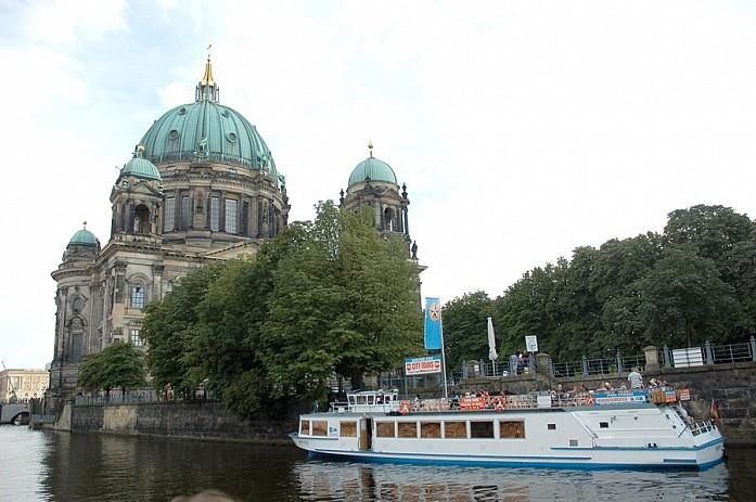 И великолепный Берлинский собор, очень красивое и величественное здание
