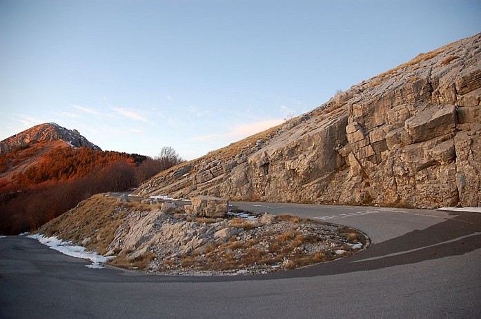 то, что по этой дороге ездит очень мало машин играет на руку - разъехаться на узких участках иногда просто невозможно