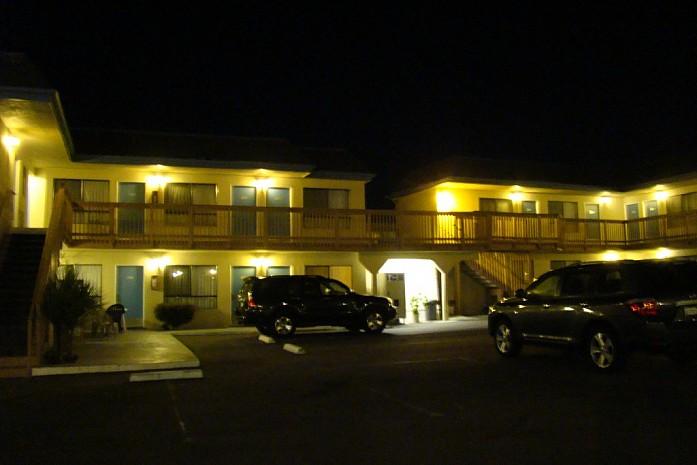 вид на мотель ночью