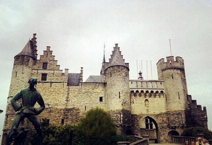 <em>Замок Стен и памятник Длинному Вапперу, Антверпен</em>