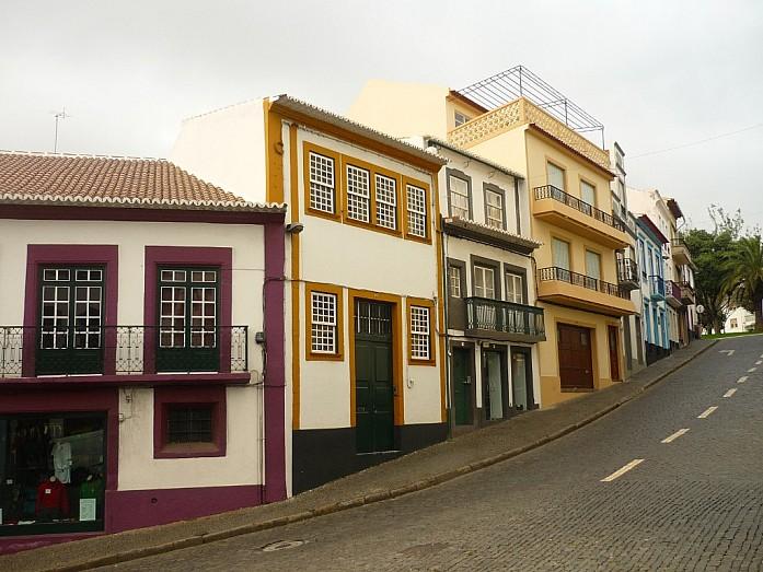 Цветные дома и очень узкие тротуары