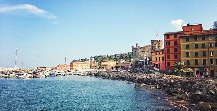 Набережная Санта-Маргерита-Лигуре с крепостью Castello