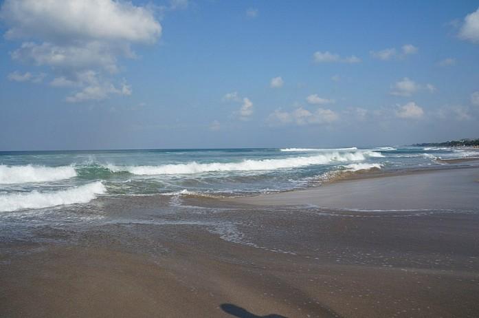 Пляж Куты утром - здесь видно какие длинные и мощные волны на Бали