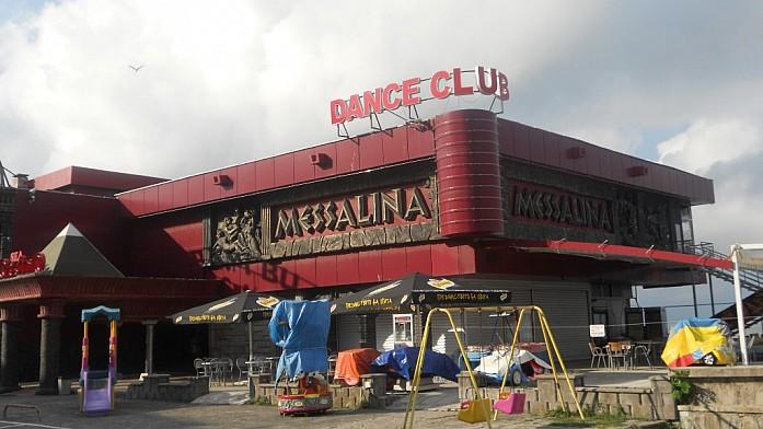 Танцевальный клуб, кафе и детская площадка отлично уживаются рядом.