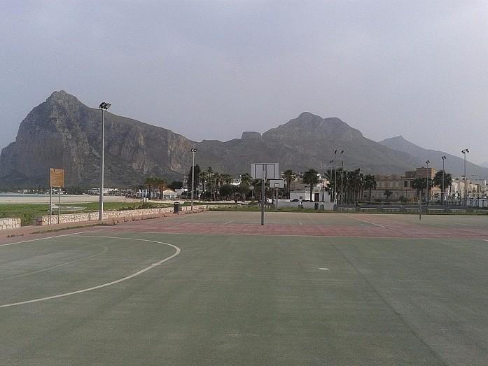 Футбольная площадка, расположенная рядом с пляжем