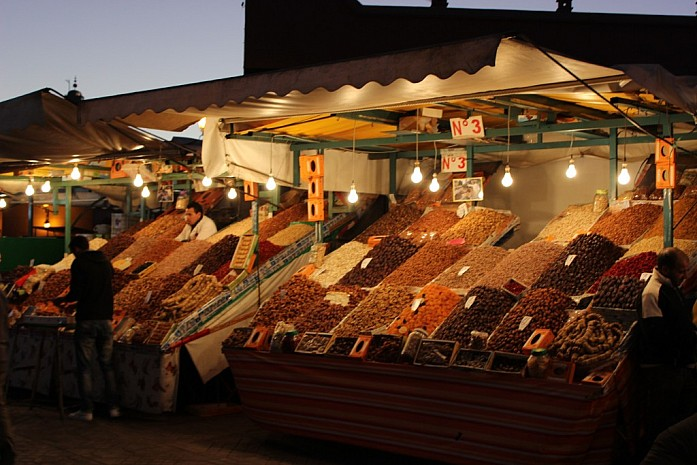 Торговля вечером на площади Джема-эль-Фна