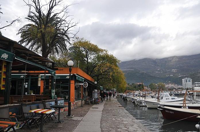 Набережная Будвы с кафе и ресторанами, яхтами и бродячими собаками - все в кучу, но в совокупности все очень органично и не можешь уже представить себе что может быть иначе
