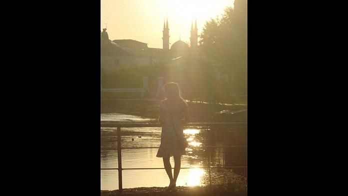 На казанской Лубянке можно поймать кадры с симпатичными девушками на фоне заката и мечети Кул-Шариф
