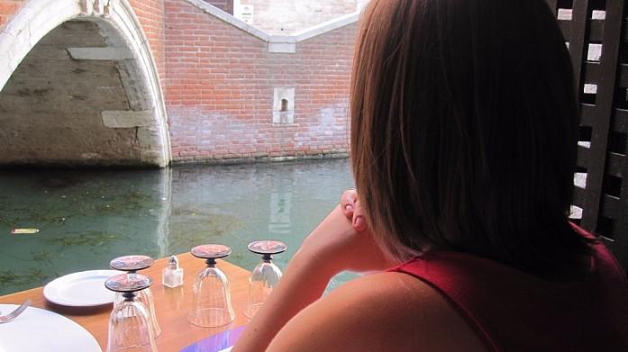 Столик в ресторане с видом на канал