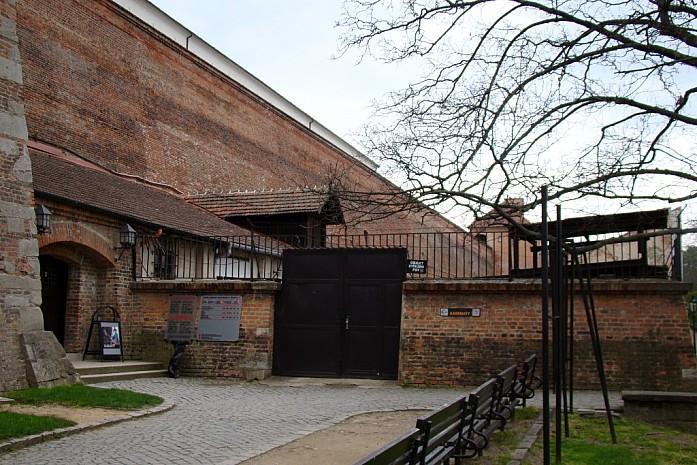 вход в музей (тюрьма)